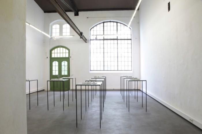 Distinktion, Blick in die Ausstellung, 11 Modelle von Gefängnissen (siehe Liste)