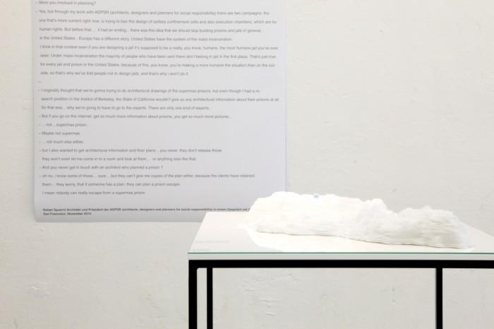 """Fengsel Bergen-Osteroy"", Styropor, Glas, 60x60 cm, 2016, im Hintergrund Interview mit Raphael Spoerri, Präsident ADPSR (Architects/Designers/ Planners for Social Responsibility)"